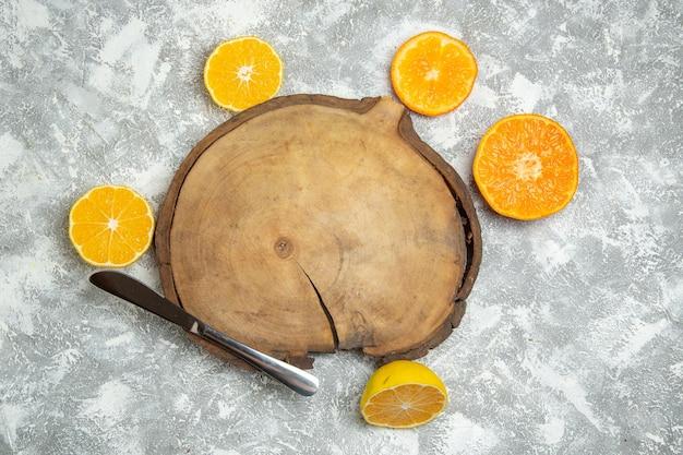 Vista superior de laranjas frescas fatiadas em suco cítrico de superfície branca frutas maduras frescas