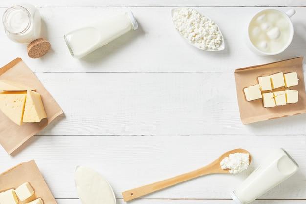 Vista superior de laticínios e produtos lácteos em um fundo branco