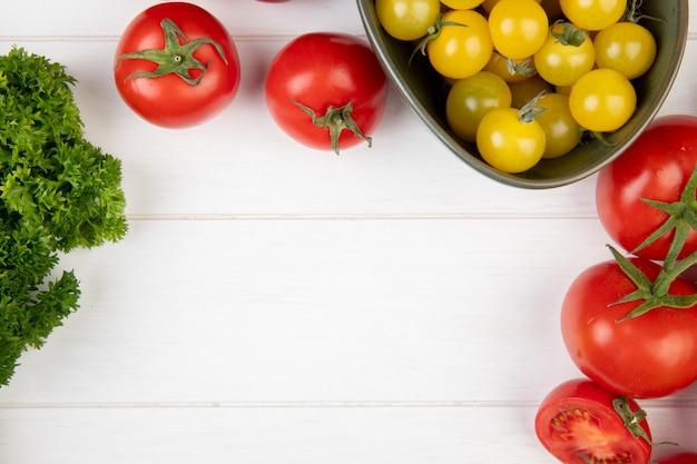 Vista superior de legumes como tomate coentro na madeira com espaço de cópia