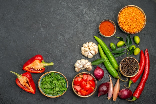 Vista superior de legumes, ervas, lentilha, temperos, cebola, pimenta, tomate, pimentão, pimentão
