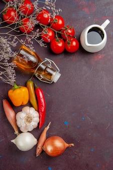 Vista superior de legumes frescos com azeite de oliva no chão escuro refeição comida vegetal