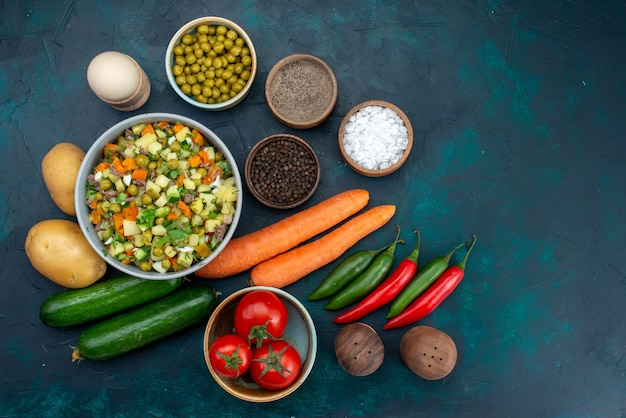 Vista superior de legumes frescos com salada de vegetais verdes na mesa azul salada de almoço lanche comida vegetal