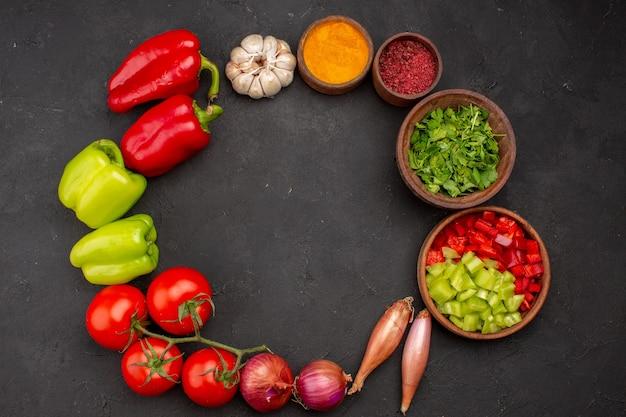 Vista superior de legumes frescos com temperos em fundo cinza salada saúde refeição picante