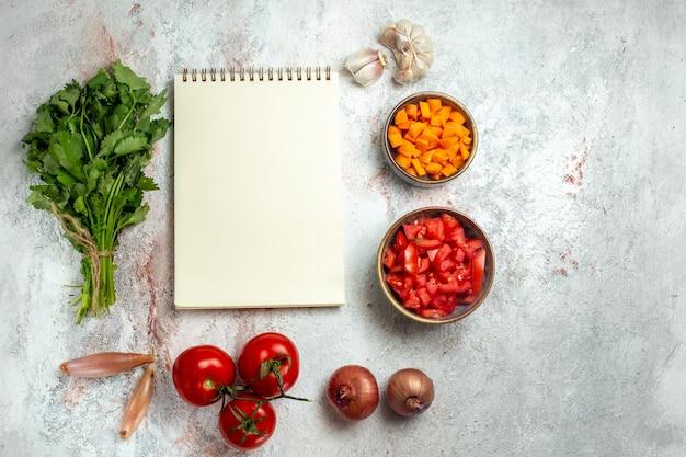 Vista superior de legumes frescos com verduras no espaço em branco