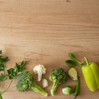 Vista superior de legumes na mesa com espaço de cópia