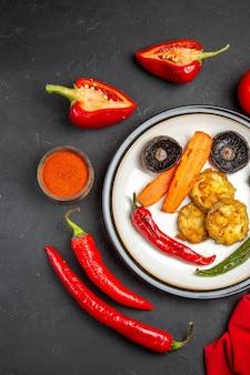 Vista superior de legumes, pimentão, pimenta, temperos, prato de legumes assados