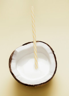 Vista superior de leite de coco com palha de plástico