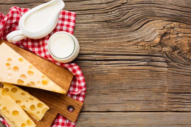 Vista superior de leite e queijo
