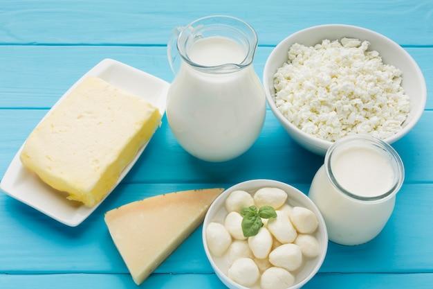 Vista superior de leite orgânico com queijo fresco