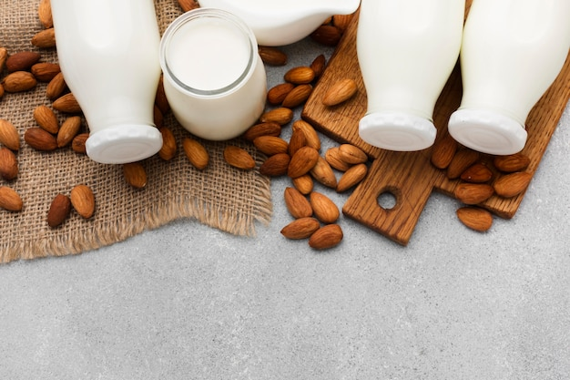 Vista superior de leite orgânico e amêndoas com espaço de cópia