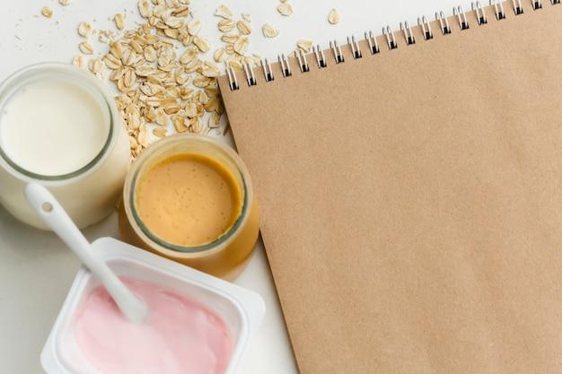 Vista superior de leite orgânico e iogurte com aveia