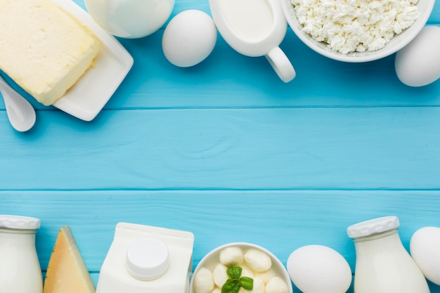 Vista superior de leite orgânico e queijo saboroso