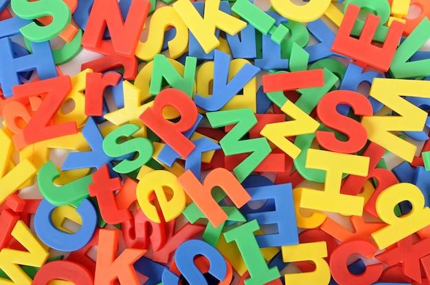 Vista superior de letras desordenadas