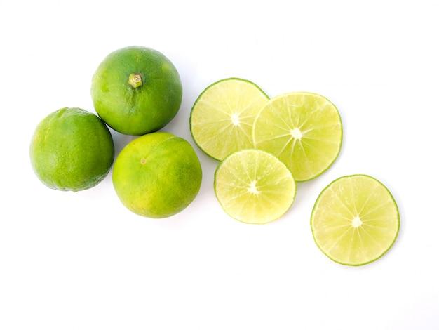 Vista superior de limão verde, fatia de suco de limão isolado