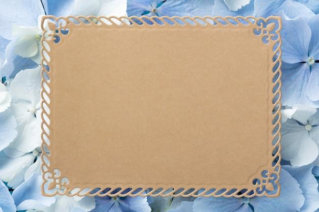 Vista superior de lindas flores com cartão em branco