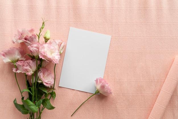 Vista superior de lindas rosas com cartão em branco