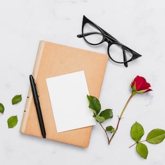 Vista superior, de, livro, e, flores