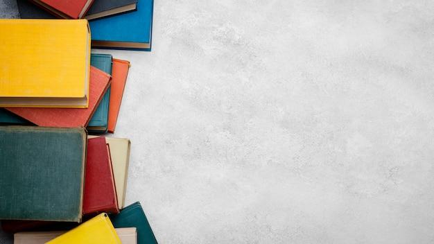 Vista superior de livros com espaço de cópia