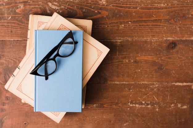 Vista superior de livros e óculos