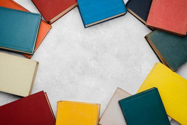 Vista superior de livros em círculo com espaço de cópia
