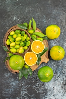 Vista superior de longe, frutas cítricas, laranjas, tangerinas na tábua de madeira