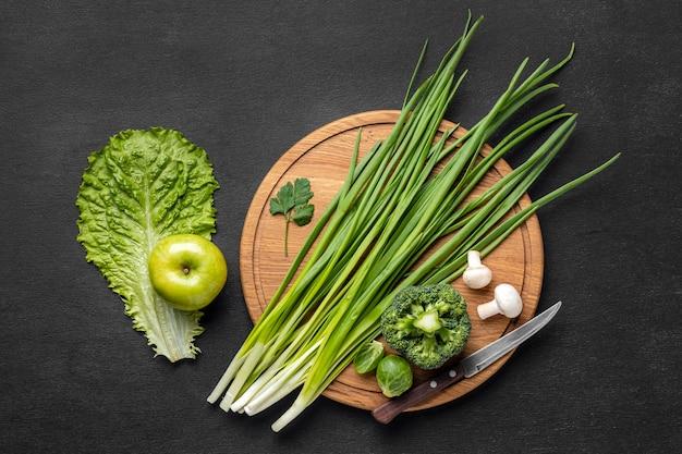 Vista superior de maçã com cebolinha e brócolis