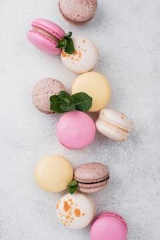 Vista superior de macarons com hortelã