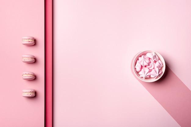 Vista superior de macarons e merengue para dia dos namorados