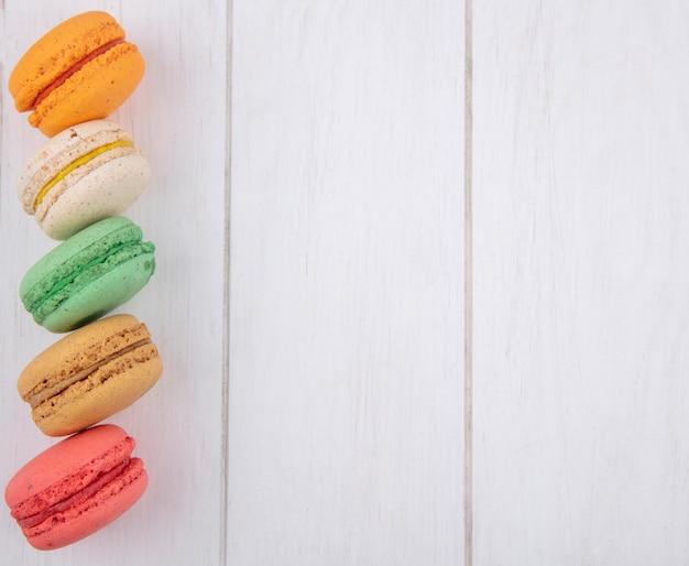 Vista superior de macarons multicoloridos em uma superfície branca