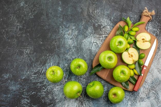 Vista superior de maçãs de longe - a apetitosa faca de maçãs na tábua
