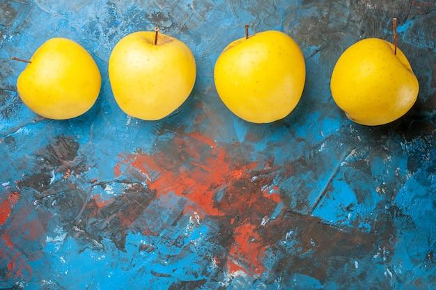 Vista superior de maçãs doces frescas alinhadas em fundo azul