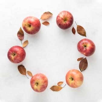 Vista superior de maçãs e folhas de outono