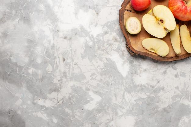 Vista superior de maçãs frescas com peras frescas no espaço em branco