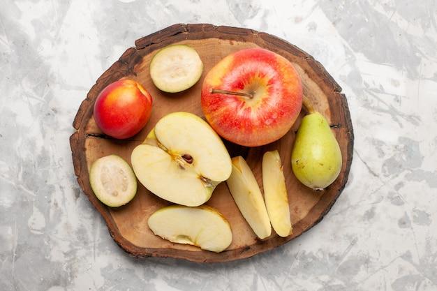 Vista superior de maçãs frescas com peras no espaço em branco