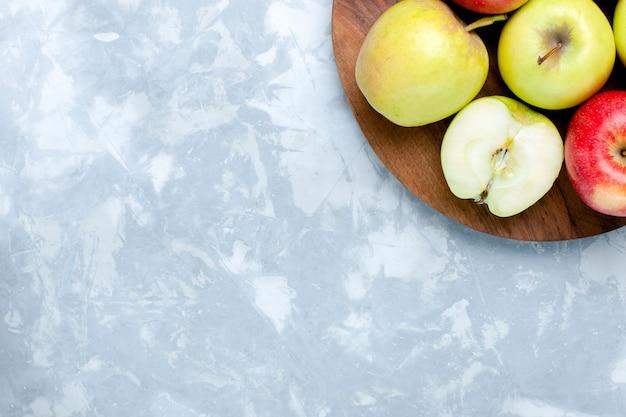 Vista superior de maçãs frescas e frutas maduras maduras em superfície branca