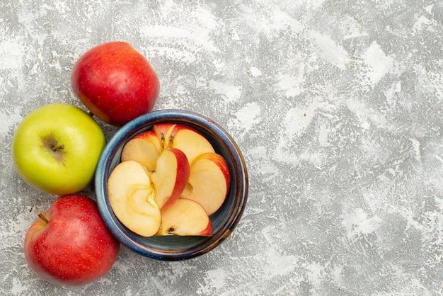 Vista superior de maçãs frescas em fundo branco frutas maduras frescas