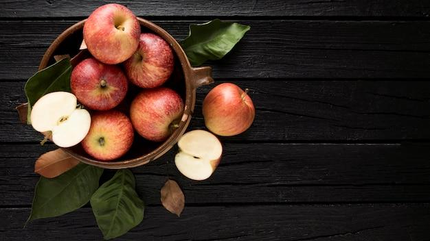 Vista superior de maçãs na cesta com espaço de cópia