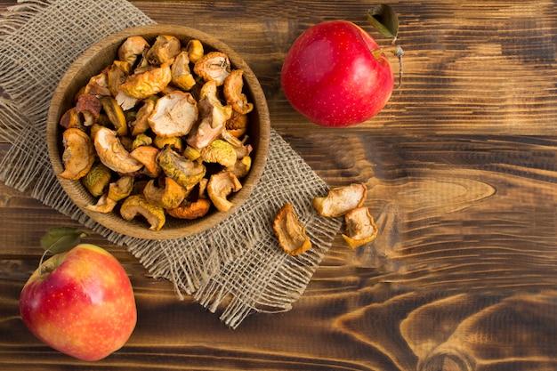 Vista superior de maçãs secas na tigela de madeira rústica