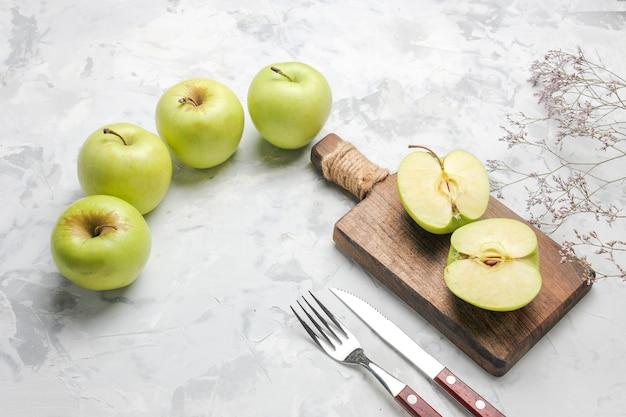 Vista superior de maçãs verdes frescas em fundo branco