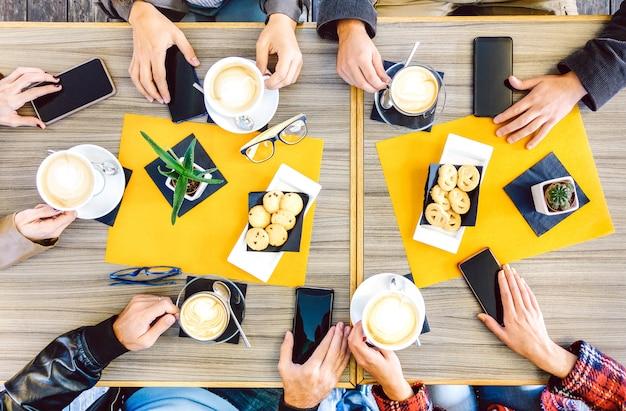 Vista superior de mãos bebendo na cafeteria