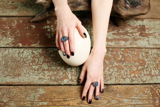 Vista superior de mãos bem cuidadas, arte de unhas e joias