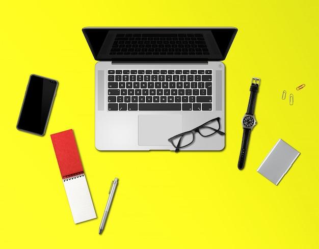 Vista superior de maquete de mesa de escritório isolada em amarelo
