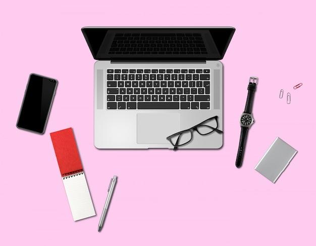 Vista superior de maquete de mesa de escritório isolada em rosa