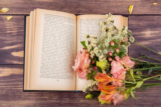 Vista superior de maravilhosas flores diferentes e coloridas em um livro