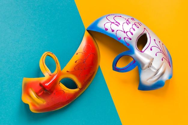 Vista superior de máscaras multicoloridas para carnaval