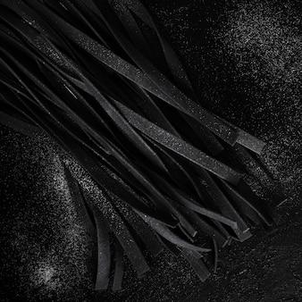 Vista superior de massas tagliatelle preto
