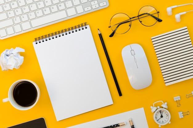 Vista superior de material de escritório com mouse e óculos