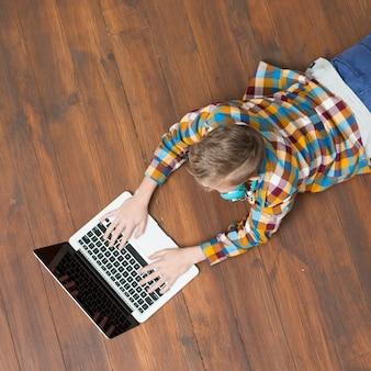 Vista superior, de, menino, usando computador portátil