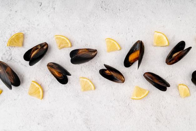 Vista superior de mexilhões com rodelas de limão