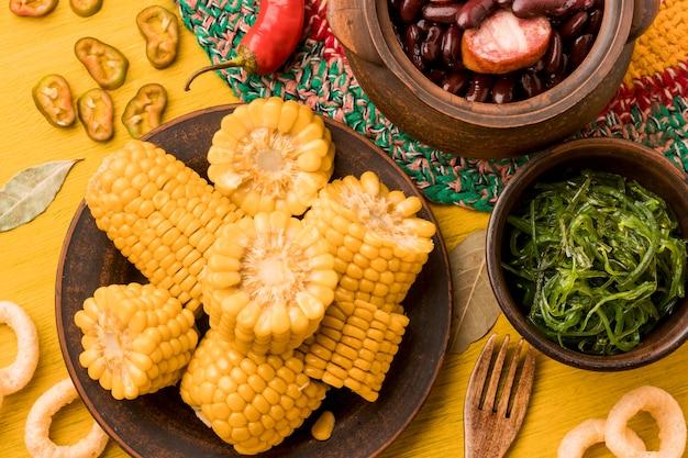 Vista superior de milho delicioso no prato